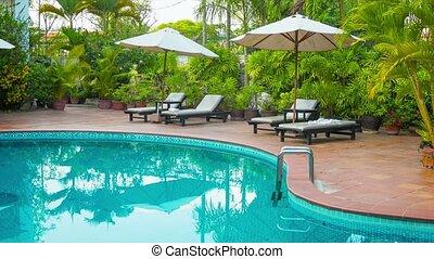 piscine, sunbeds, hôtel, autour de, parapluies