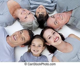 piso, ángulo, acostado, familia , alto, juntos, cabezas