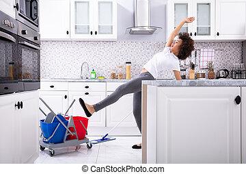 piso, se resbalar, el aljofifar, cocina, mientras, mujer