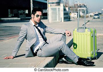 piso, vestido, maleta, calle, traje, sentado, hombre