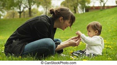 pissenlits, elle, park., mère, bébé, jouer