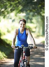 pista, ciclismo mulher, país, meio, ao longo, envelhecido