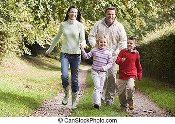 pista, executando, bosque, ao longo, família