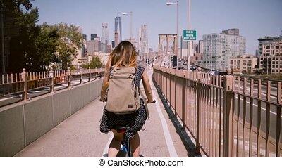 pista, mulher, city., separado, mochila, nível, costas, montando, brooklyn, bicicleta, york, novo, bicicleta, ao longo, feliz, ponte, vista