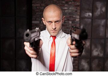 pistole, zabiják, cíle, najatý, červené šaty nerozhodný...