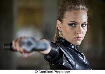 pisztoly, nő, alatt, megkorbácsol, catsuit