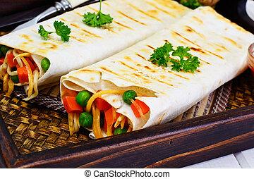 pita brød, hos, grønsager, kinesisk noodles, og, arugula