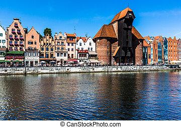 pitoresco, paisagem, em, a, cidade velha, de, gdansk, em, polônia, com, motlawa, rio, e, a, guindaste, em, a, distante, end.