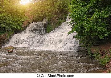 pittoresco, cascata, in, il, foresta, a, tramonto