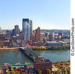 pittsburgh, pensilvania, estados unidos de américa, contorno, panorama, de, empresa / negocio, edificios, y, bancos, en, el, financiero, distrito del centro de la ciudad, en, un, hermoso, día soleado, con, cielo azul