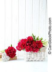 pivoine, bouquet, table bois, fleurs blanches, rouges