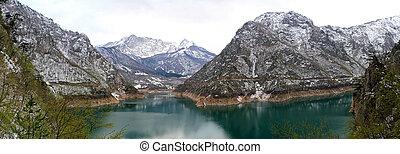 Pivsko lake Montenegro