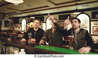 piwo, mężczyźni, happy., oglądając, piłka nożna, nowoczesny...