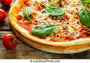 pizza, con, tocino, mozzarella, y, espinaca