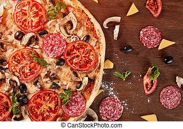 pizza, mit, tomaten, mozzarella käse, schwarze oliven, und, basil., köstlich , italienesche, pizza, auf, hölzern, pizza, board.
