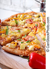 Pizza with chicken, cheese, tomatoes and bell peppers