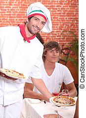 pizzaiolo, sorridente, servire, clienti