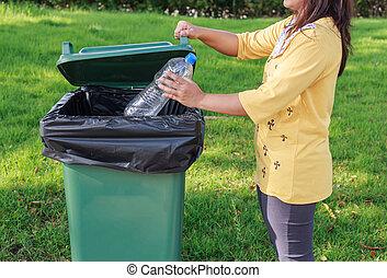 plástico, vacío, lanzamiento, botella, basura, mano