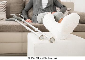 plâtré, femme, divan, jambe, séance