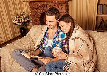 pläd, kärlek, holdingen, par, bok, vacker, läsning, kopp, sittande