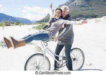 plaża, beztroski, para, jazda, rower, chodzenie