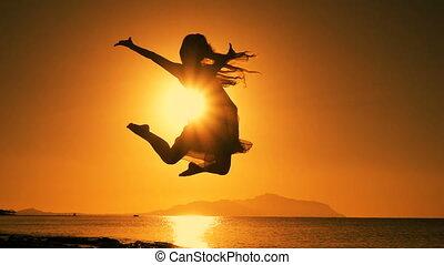 plaża, dziewczyna, skokowy, sylwetka, wschód słońca