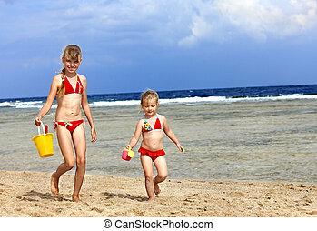 plaża., grający dziećmi