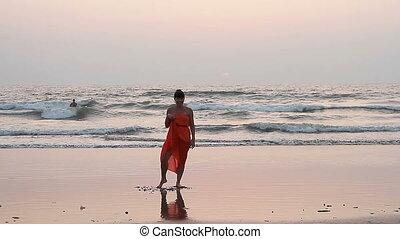 plaża., kobieta, czerwony, sarong, taniec