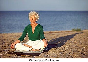 plaża, kobieta rozmyślająca, starszy, ocean