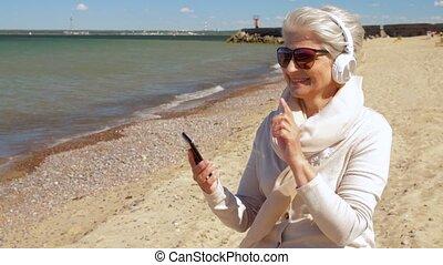 plaża, kobieta, smartphone, stary, słuchawki