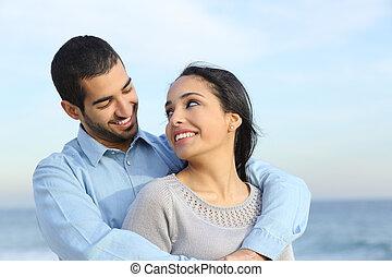 plaża, miłość, para, szczęśliwy, przypadkowy, arab, przytulając