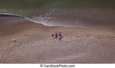 plaża, na dół, leżący, para