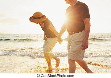 plaża, para, cieszący się, zachód słońca, senior