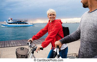 plaża, para, mówiąc., bicycles, outdoors