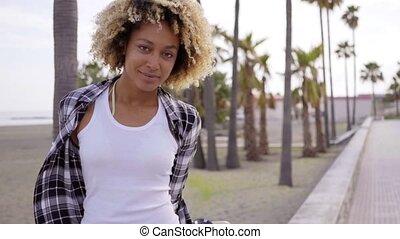 plaża, pieszy, kobieta, skateboard, młody