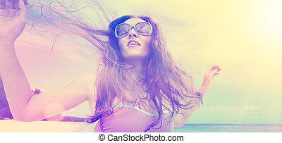 plaża., taniec, młody, beztroski, kobieta, zachód słońca