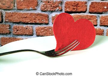 placa, en forma, de, corazón, cuchillo de mesa, y, tenedor, en, fondo rojo