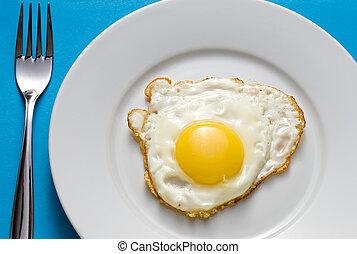 placa, huevo frito, cubertería