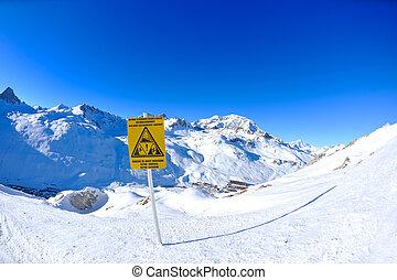 placa sinal, em, montanhas altas, sob, neve, em, a, inverno