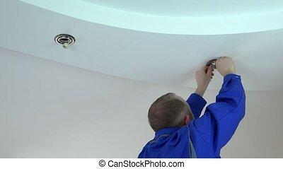 plafond, électricien, lumière, remplacer, lampe, halogène, installer, ou, homme