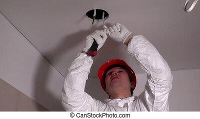 plafond, draden, elektromonteur, het verwijderen, werktuig, isolatie, snijder, man