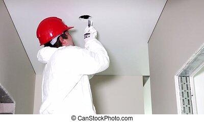 plafond, elektromonteur, gaten, jonge, holle weg, handzaag, mannelijke