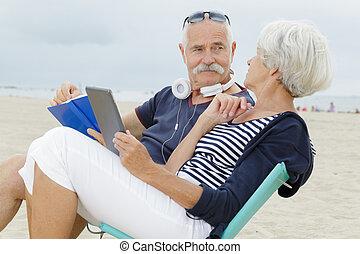 plage, affectueux, couple, personne agee, vacances