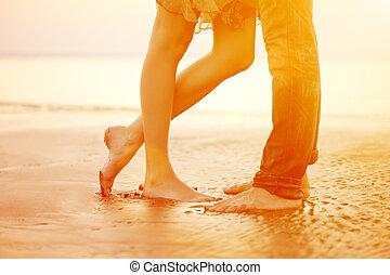 plage, aimer, étreindre, coucher soleil, baisers, couple, jeune