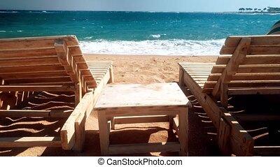 plage., bois, sur, deux, côte, élevé, sunbeds, vidéo, 4k, vagues, rouler