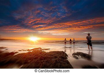 plage, coucher soleil, famille