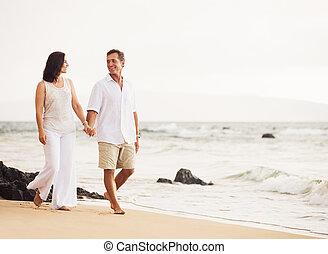 plage, couple, apprécier, coucher soleil, mûrir