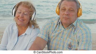 plage, couple, apprécier, musique, personne agee