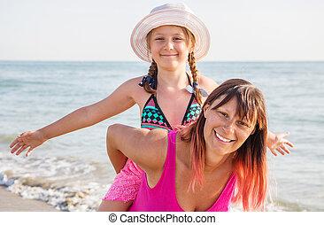 plage, ensemble, heureux, ensoleillé, portrait, mère, fille, peu, sourire, rire