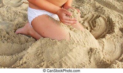 plage, enterrer, sable, unrecognizable, sien, pieds, enfant